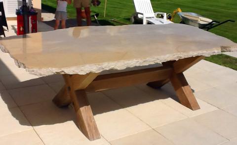 Table extérieure en pierre
