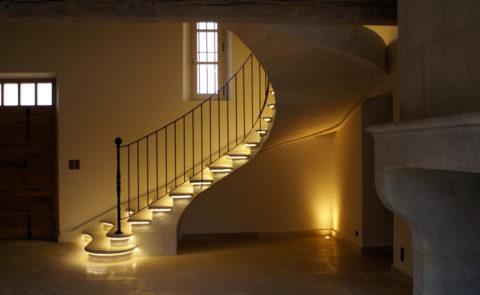 Escalier éclairé en pierre